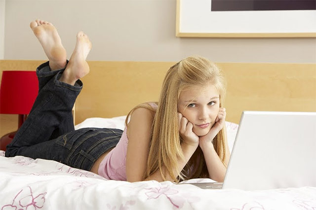 devojka sa laptopom Pravila ponašanja na Internetu za početnike